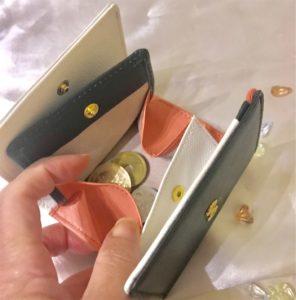 小銭入れに小銭をいれたミニ財布